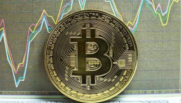 Crollo dei Bitcoin, valore dimezzato in poche ore