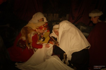 Dank der Hilfe der Spieler, hält die Gräfin ihr neugeborenes Kind in den Armen