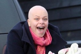 Jade Goody shows her baldness in public for first time