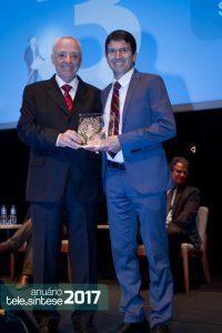 Hélio Graciosa entrega o troféu para o diretor comercial da Eutelsat, Eloi Stivalletti.