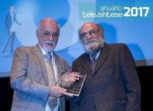 Demi Getschko entrega o troféu para Oswaldo Carrijo, diretor de Inovação da Algar Telecom.