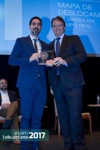 André Borges, secretário de Telecomunicações do MCTIC, entrega o prêmio de 1º lugar na categoria Operadoras de Serviços de Comunicações para André Aprigio, Executivo de Relações Institucionais da Tim Brasil.