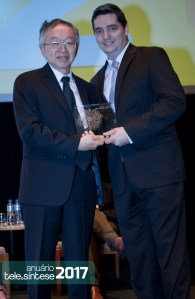 Milton Kashiwakura, representante do júri, entrega o troféu para o gerente de marketing e vendas divisão telecom da 3M, André Amaral.