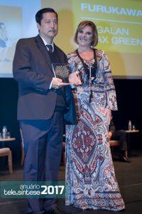 Miriam Aquino entrega o prêmio de 1º lugar na categoria Fornecedores de Produtos para Roberto Kihara, gerente geral comercial da Furukawa.
