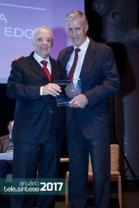 0 3º lugar quem recebe é a Trópico. Seu presidente, Paulo Cabestré, recebe o troféu de Hélio Graciosa, representante do júri.