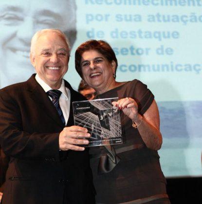 Helio Graciosa, ex-presidente do CPqD, recebe homenagem de Lia Ribeiro Dias diretora da Momento Editorial