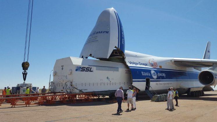 O satélite Amazonas 5 sendo retirado do avião Antonov. Ele viajou de Palo Alto (EUA) até o Cazaquistão.
