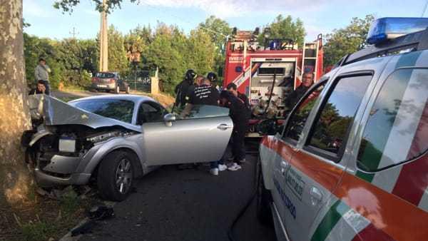 Perde il controllo dell'auto e finisce contro un albero: muore una 38enne
