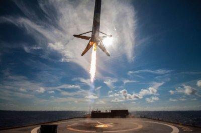 B1046 landing 1 on OCISLY (SpaceX) - TESLARATI