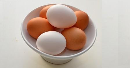 البيض الأحمر و الأبيض