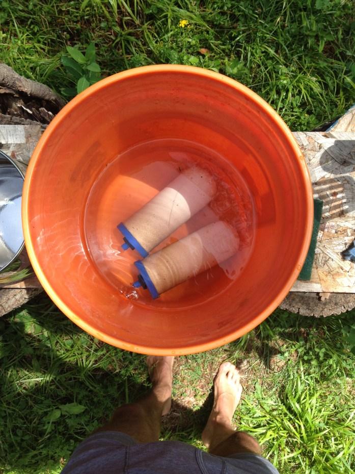 Cleaning the Aquacera Traveler XL countertop ceramic water filter.