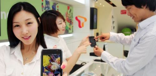 Sales Girl shows Samsung Galaxy S