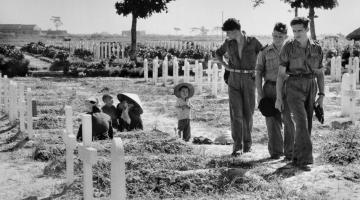Cimetière militaire de Nam Dinh, le 21 mai 1954. Photo de Robert Capa. Source :  https://www.magnumphotos.com/C.aspx?VP3=SearchResult&ALID=2K7O3R1PE7YP