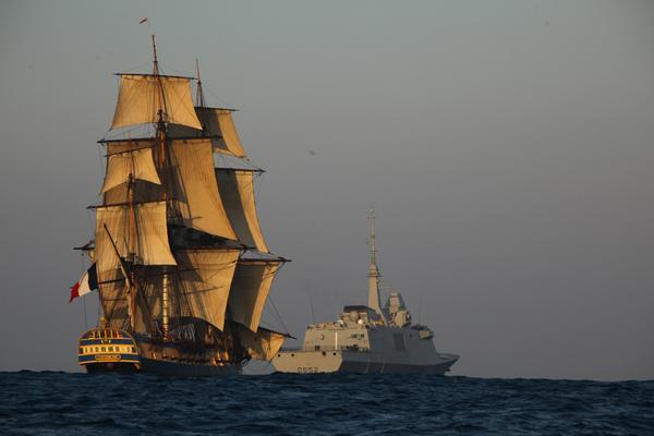 """A droite, un navire de guerre FREMM n'ayant pas à connaître lors de son utilisation de """"risques de dommages élevés"""" (sic), donc potentiellement concerné par cescontratstype """"sale and leaseback""""."""