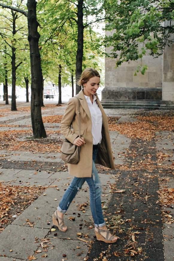 Wie man Herbstmäntel am Besten kombinieren sollte