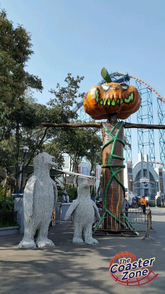 """En esta foto, el Festival del Terror """"saluda"""" a Christmas in the Park."""
