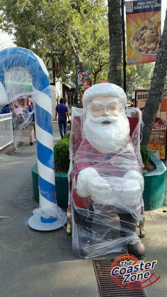 Santa Claus saludaba en el Pueblo Suizo.