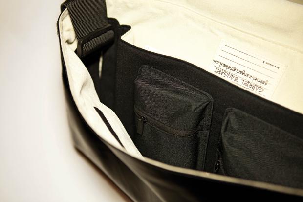 Moleskine-Travelling-Collection-Messenger-Bag-03