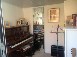 compact-garden-room-just-right-for-a-music-teacher-1