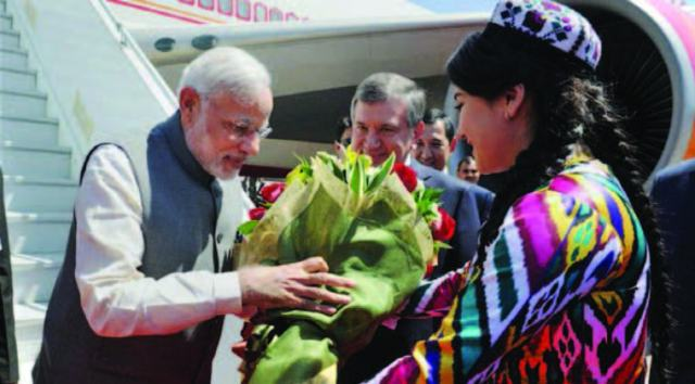 The PM being welcomed on his arrival at Tashkent