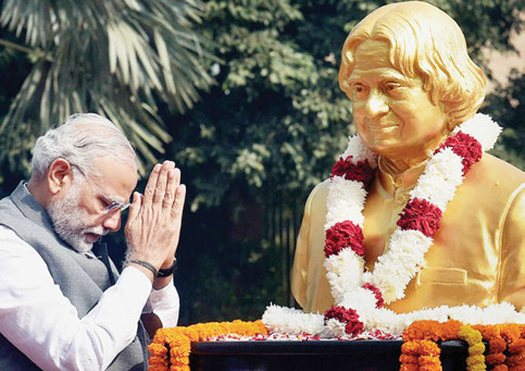 PM Modi bows before the bust of Kalam