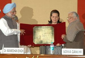 The Prime Minister, Dr. Manmohan Singh presenting the 24th Indira Gandhi Award for National Integration to Eminent Journalist, Shri Balraj Puri, in New Delhi on October 31, 2009.