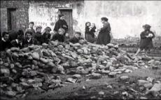 Belfast rioters gather ammunition in the 1920s
