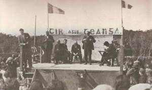 A Fianna Fail rally in the 1930s, the banner reads 'Tir agus Teanga' (Land and language). Courtesy of Irish History Links website.