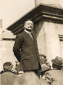 Griffith addresses a crowd.