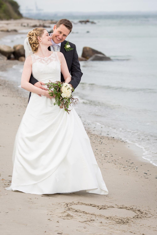 Brudepar fanget på stranden af bryllupsfotograf fra Herning