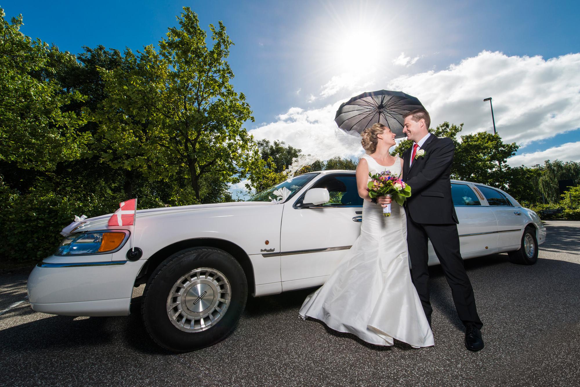 Brudepar ved den flotte limo