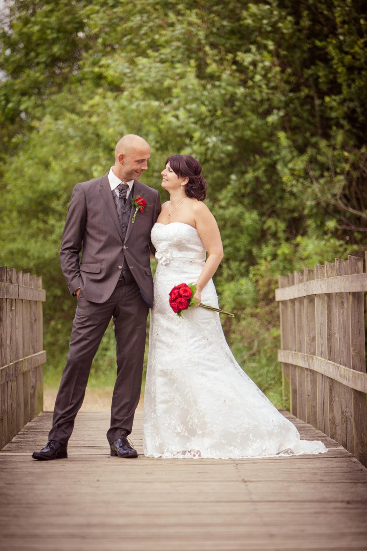 Klassisk bryllupsbillede på broen i skøn natur