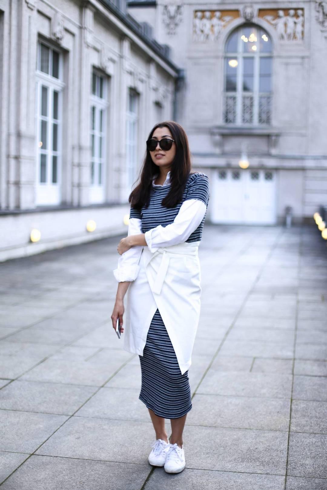 Stripes - Midi Dress - Zara - Casual - Ootd - Streetstyle Munich - German Fashionblog - White Sneaker - Calvin Klein Sunnies - Layering - Prinzregentenplatz