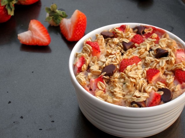 strawberry-choc-chip-baked-oatmeal-25284-2529