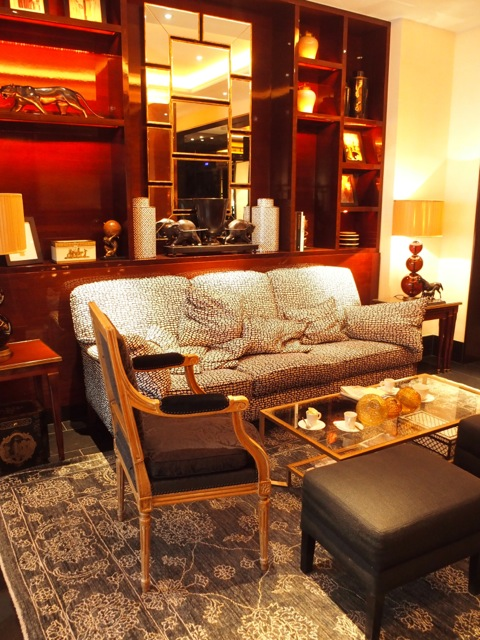 h tel montaigne et son restaurant le bar de l 39 entracte the parisienne. Black Bedroom Furniture Sets. Home Design Ideas
