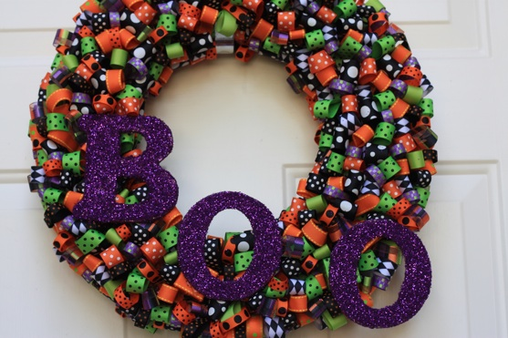 http://i0.wp.com/www.thepickyapple.com/blog/wp-content/uploads/2010/09/Halloween-Ribbon-Wreath-2.jpg