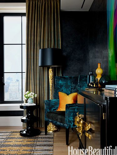 Dramatic lamp and sitting area by Jamie Drake via HB
