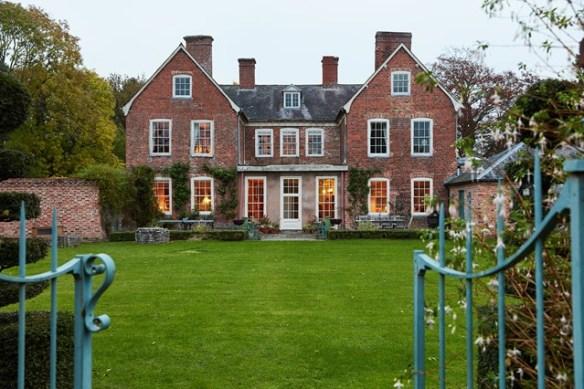 exterior-07-edward-bulmer-house-29nov17-Lucas-Allen_b_639x426