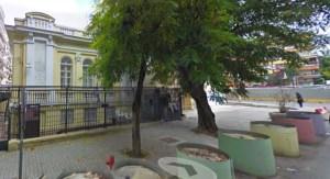 Κάγκελα, βαρέλια αντικαμικάζι, ένοπλοι αστυνομικοί - ένα τυπικό εβραϊκό σχολείο/ πηγή: abravanel.wordpress.com