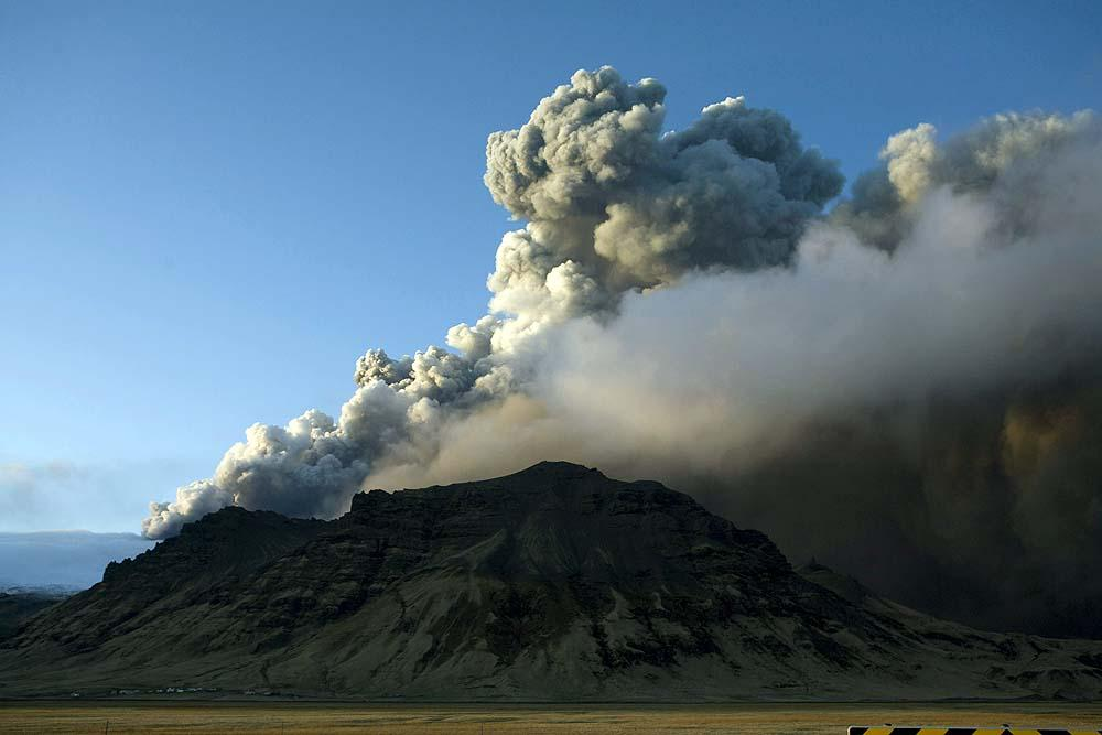 3d Smoke Wallpaper Scientists Say Volcano Could Erupt For Months Toronto Star