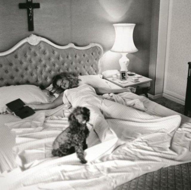 Ιδιωτική ζωή. Στο queen size κρεβάτι της μαζί με το αγαπημένο της σκυλάκι.