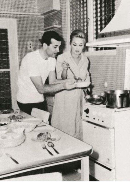 Αλίκη και Δημήτρης. Στην κουζίνα. Η Αλίκη βέβαια σπάνια μαγείρευε. Σπεσιαλιτέ της; Οι τηγανητές πατάτες.