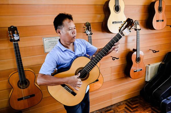 Alegre Guitar salesman