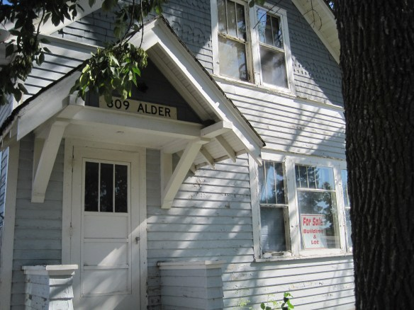 2016-august-north-dakota-harvey-house-3-sophia-eberlein-sophie-crime-ghost-haunted-folk-lore-legend-creepy-front-door-usa-nd-photo-by-the-voice-before-the-void