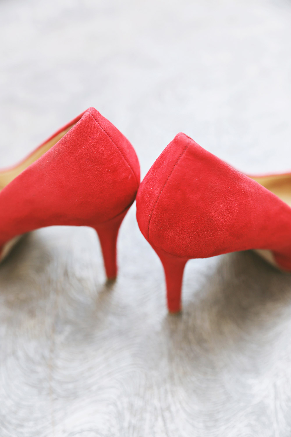 Red wedding shoes. Photo by Axioo. www.theweddingnotebook.com