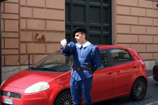 rome-passeggiata-discover-architecture-roman-vatican-guard-08