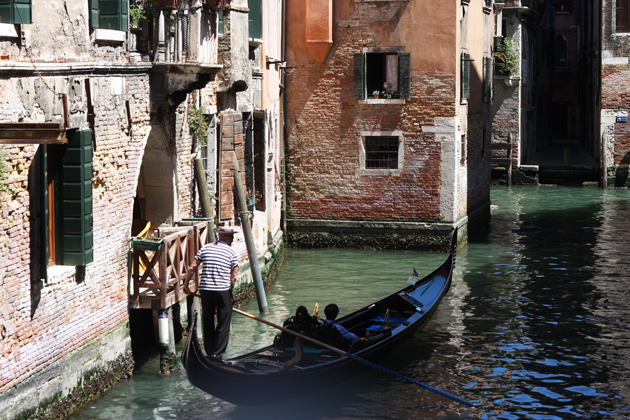 venice-101-guide-what-to-do-water-taxi-ride-gondola-08