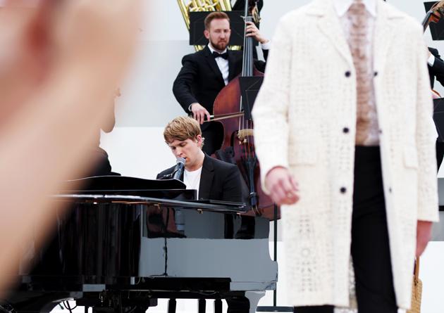 burberry-prorsum-spring-summer-2016-mens-show-runway-orchestra-08