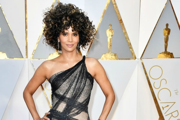 Halle Berry39s Wild Hair At Oscars Divides Twitter