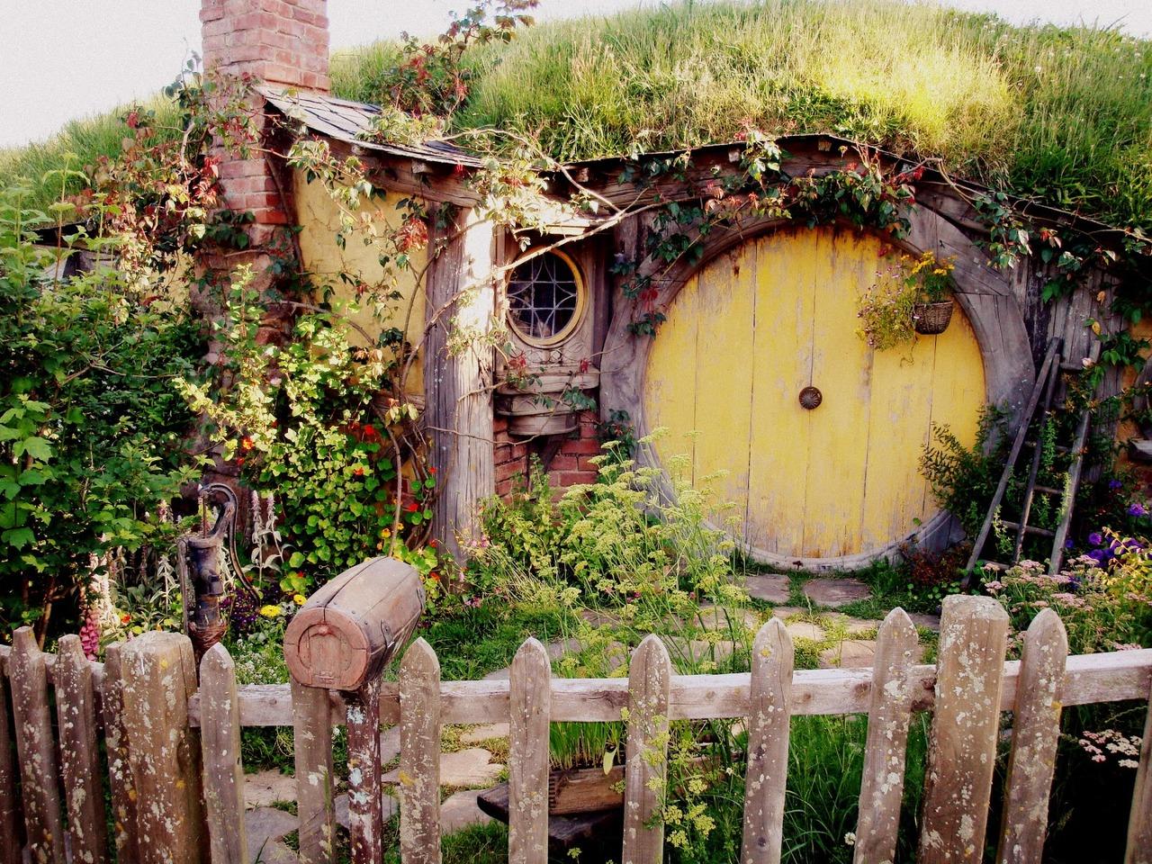 more sweet hobbit house pictures the hobbit movie. Black Bedroom Furniture Sets. Home Design Ideas